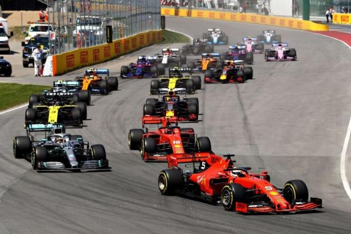 Tuomaristo ratkaisi kilpailun antamalla johdossa ajaneelle Vettelille viiden sekunnin aikarangaistuksen, joka pudotti hänet kakkoseksi Hamiltonin taakse. LEHTIKUVA/AFP