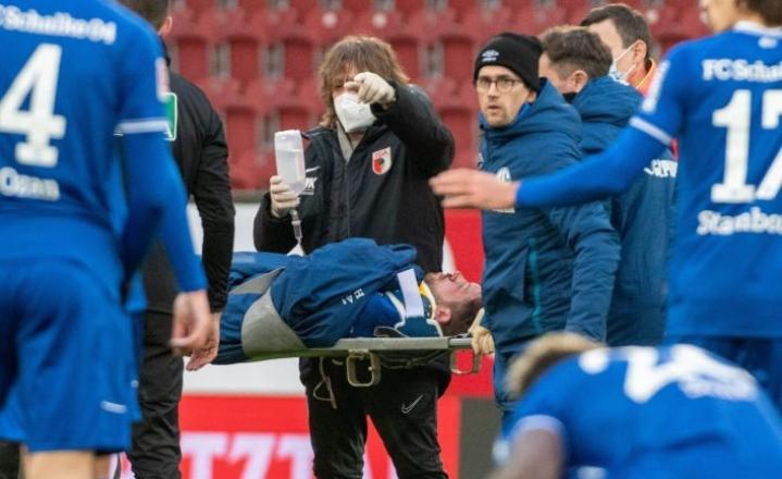 Tajuntansa menettänyttä Schalken Mark Uthia hoidettiin kentällä noin vartin ajan. Lehtikuva/AFP