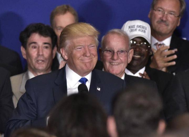 Republikaanien presidenttiehdokas Donald Trump myönsi presidentti Obaman synnyinpaikan, mutta ei pyytänyt anteeksi aikaisempia epäilyjään asiasta. LEHTIKUVA/AFP