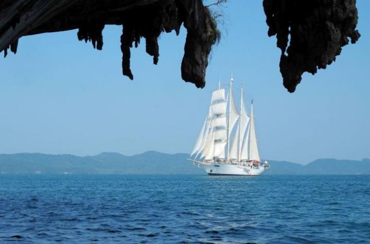 Nelimastoinen Star Clipper purjehtii Andamaanienmeren huikaisevan kauniilla vesillä. Rantoja täplittävät paitsi valkohiekkaiset rannat myös julmankauniit tippukiviluolat.