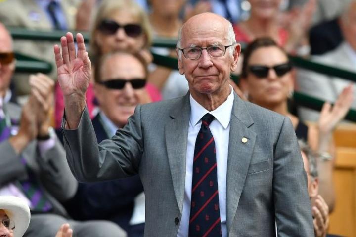 Jalkapalloilijasuuruus Bobby Charlton kesällä 2018 seuraamassa tennistä Wimbledonissa kuninkaallisessa katsomossa. LEHTIKUVA / AFP