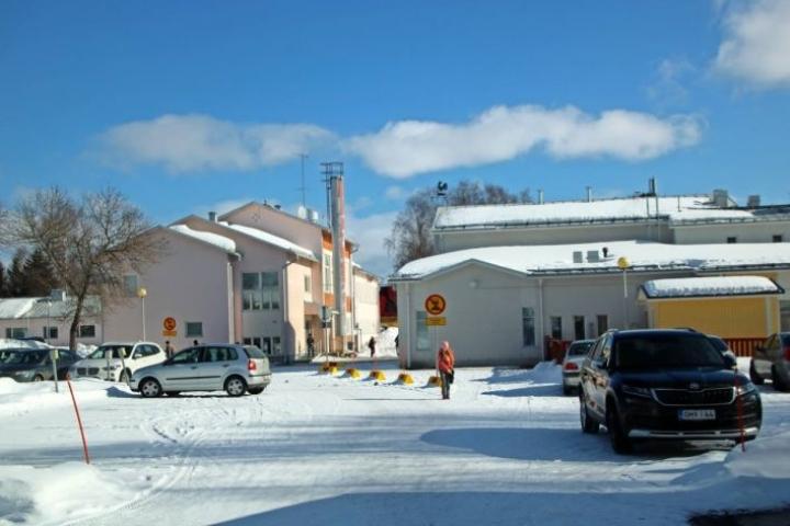 Kiteen kouluverkkoselvityksen mukaan Kesälahdella käyttöön jäisi kolmesta koulurakennuksesta vain oikealla oleva Poukkuluoso, jossa on myös päiväkoti.
