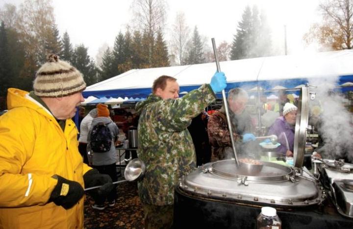 Arto Hakola (vas.), Pekka Martikainen ja Harri Pippola keittivät ja annostelivat makkarasoppaa koko Outokummulle.
