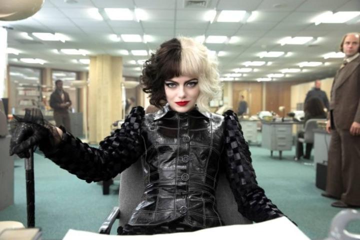 Emma Stone esittää narsistista Cruellaa.