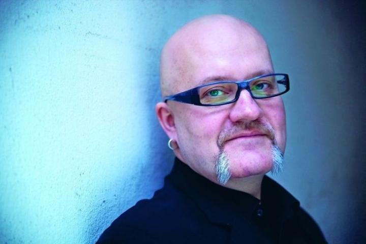 Raimo Pesonen on kirjoittanut kuusi romaania ja tietokirjoja.