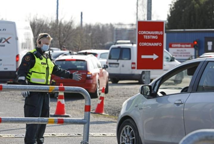 Tornion ja Haaparannan välisellä Suomen ja Ruotsin rajanylityspaikalla rajavartija ohjasi Ruotsin puolelta tulevaa menemään rajalla sijaitsevaan koronatestiin. LEHTIKUVA / TIMO HEIKKALA