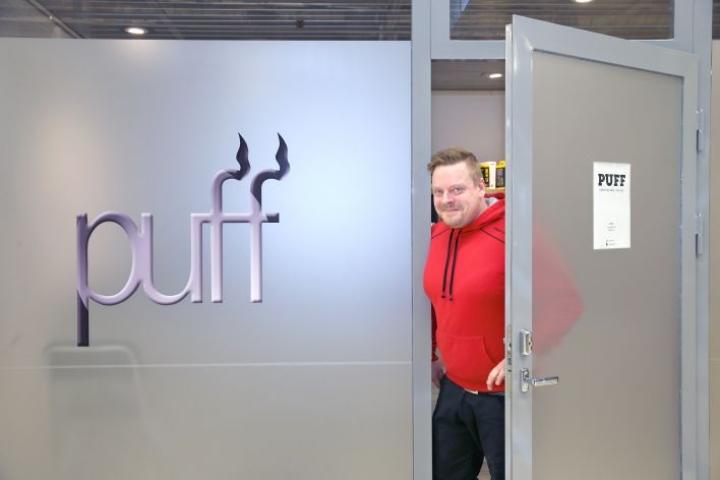 Antti Rautiainen avasi sähkötupakkakaupan omistamansa suutariliikkeen viereen Joensuun keskustan Citymarketin kauppakäytävälle.