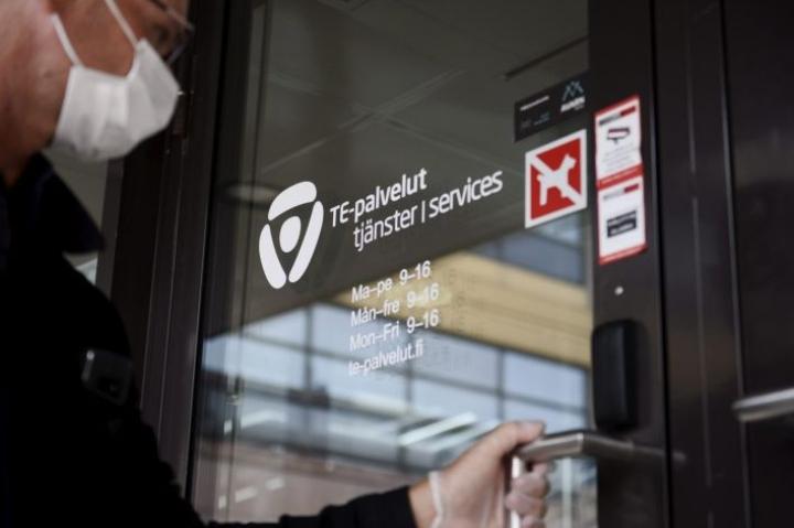 Asiakas menossa Helsingin Työllisyyden palvelutorille Pasilan TE-toimistoon. LEHTIKUVA / Olivia Ranta