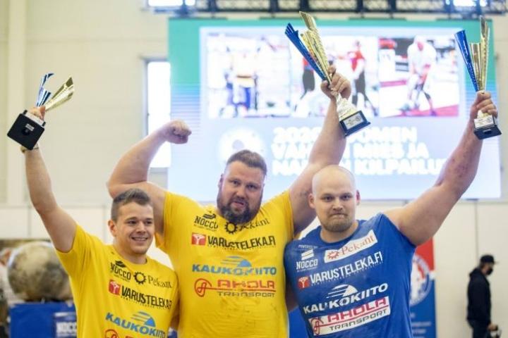 Kontiolahden Mika Törrö tuuletti jälleen mestarina, Suomen vahvimpana miehenä. Toiseksi tuli Jiri Grönman (vas.) ja kolmanneksi Jesse Pynnönen (oik.).