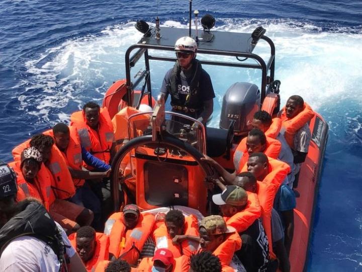Järjestöjen operoima alus pelasti pääosin sudanilaisista nuorista miehistä koostuneen joukon, joka oli lähtenyt lauantaina Libyasta merelle kumiveneellä. LEHTIKUVA / AFP