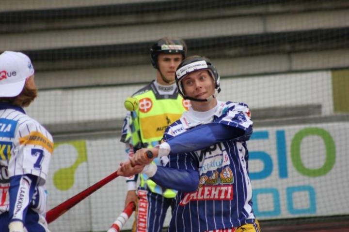 Joensuun Mailan Kasperi Hämäläinen löi B-poikien ottelussa Idälle kaksi juoksua.