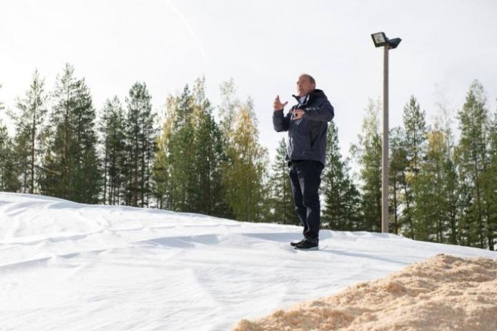 Snow Secure Oy:n toimitusjohtaja Mikko Martikainen julistaa innolla uuden lumensäilöntämenetelmän ilosanomaa.