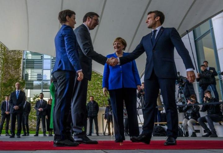 Serbian pääministeri Ana Brnabic ja presidentti Aleksandar Vucic tervehtivät Ranskan ja Saksan johtajia saapuessaan maanantaina Berliiniin. LEHTIKUVA/AFP