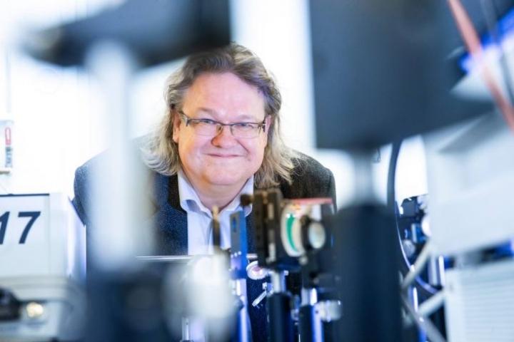 Fotoniikan lippulaivaohjelman varajohtaja, professori Jyrki Saarinen iloitsee, että nyt on mahdollisuus päivittää laboratorioiden laitekantaa ja palkata uutta henkilökuntaa.