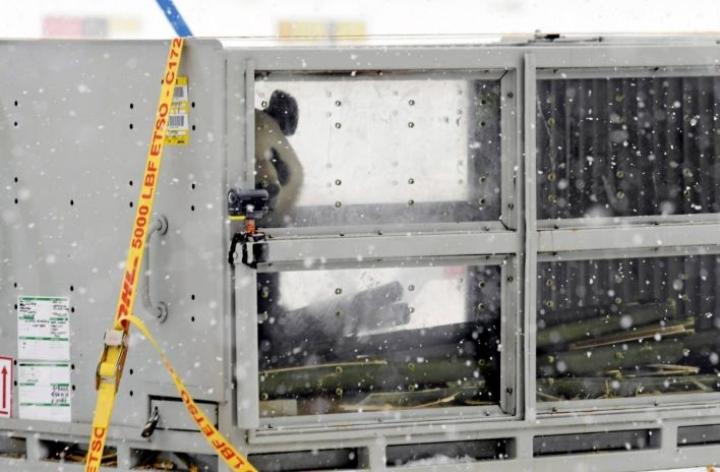 Suomeen saapuneet jättiläispandat ovat toistaiseksi vain haistelleet suomalaista talvi-ilmaa. Ne ovat helmikuun 17. päivään saakka karanteenissa Ähtärin pandatalossa. Karanteenin päätyttyä yleisö pääsee katsomaan pandoja ja pandat pääsevät lumileikkeihin ulkotarhoihinsa.