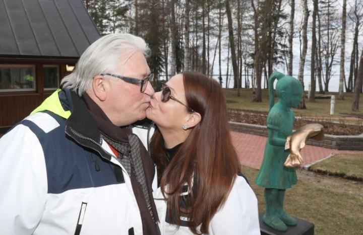 Aviossa viisi vuotta - eikä suotta. Kyösti Kakkosen ja Julianna Borsosin keskinäinen kiintymys säteilee jokaisena päivänä. Taustalla näkyy Kim Simonssonin Juliannasta tekemä patsas.