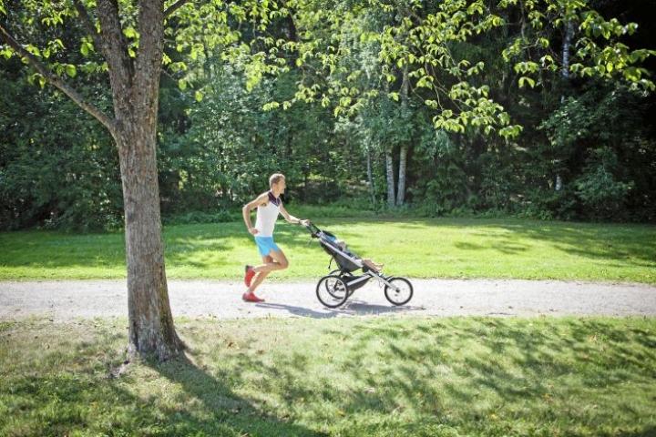 Henri Ansio saa lenkkiseuraa rattaissa istuvasta Joona-pojastaan. Muut eivät vauhdissa pysyisikään.