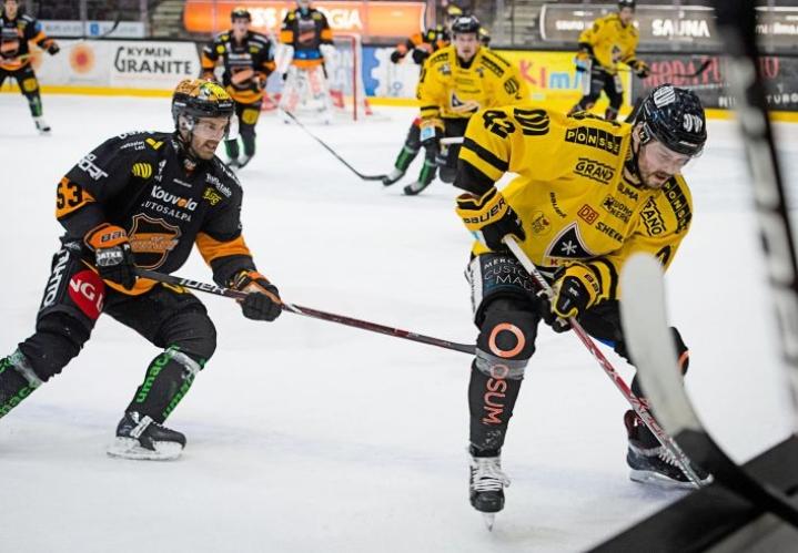Viime kaudella Sami Mutanen (vas.) kiekkoili KooKoon paidassa. Tuolloin vastassa oli muun muassa ex-seura KalPa.