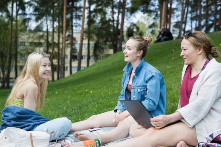 Anni (vas.) ja Elina Pippola sekä äiti Anu Lehtonen viettivät aikaa Kirkonmäellä keskiviikkona.