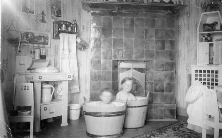 Syys-Mattina on hyvä ottaa lämmin kylpy. Kuvassa tohtori Parviaisen tyttäret kylvyssä.