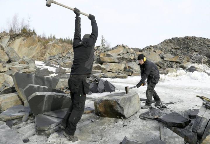 Heikki Kontkanen (vas.)  ja Juho Jormakka louhivat pihakiveä kivikirveellä ja yhdeksän kiloa painavalla lekalla.