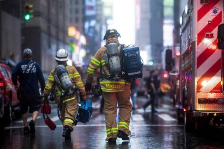 Palomiehiä New Yorkin kadulla helikopterin tehtyä pakkolaskun pilvenpiirtäjän katolle Manhattanilla. LEHTIKUVA/AFP