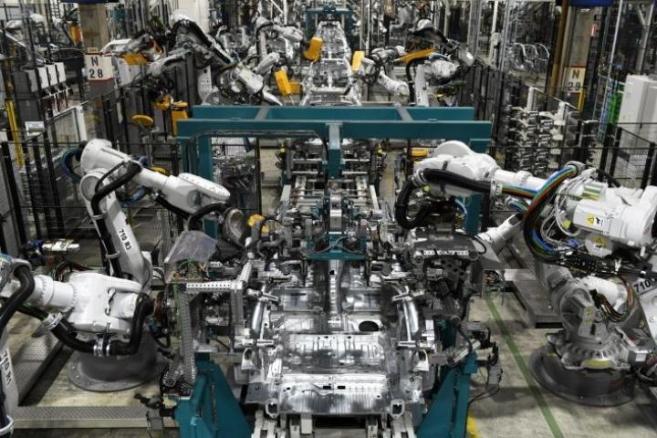 Selvityksen mukaan robotiikka ei välttämättä vähennä työpaikkoja, vaikka tehtävänimikkeitä katoaa. LEHTIKUVA/Vesa Moilanen