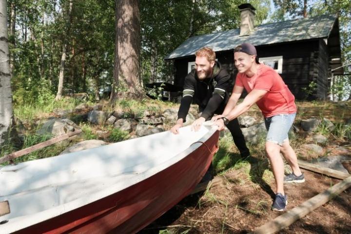 Tim Schulz (vas.) ja Anton Vänskä pääsivät Pohjois-Karjalan lomareissullaan kalastuksen, ja myös kalan, makuun.