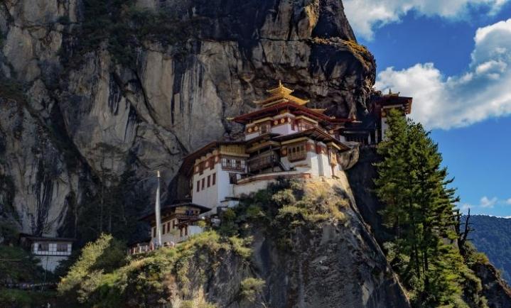 Yksi Bhutanin kuuluisimmista temppeleistä, Tiger Nest, vaatii viiden tunnin vaelluksen. Osan matkasta voi taittaa ponilla.