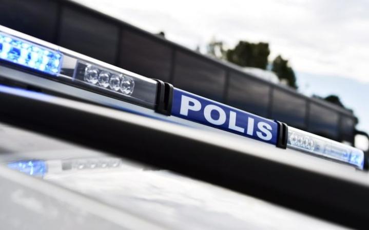 Poliisi sai kolmelta aamuyöllä ilmoituksen Myllykosken keskustassa kovaa vauhtia ajaneesta autosta. LEHTIKUVA / EMMI KORHONEN
