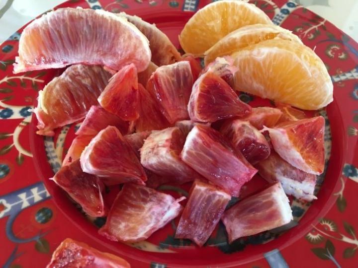 Veriappelsiinin punaisuudessa voi olla vaihtelua jopa saman puun hedelmien välillä. Veriappelsiinin vierellä kuvassa tavallista appelsiinia.
