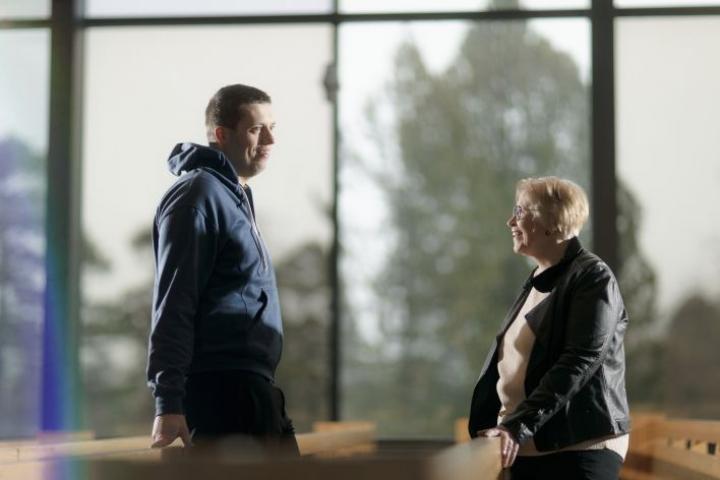 Äiti Hillevi Suutalan ja poika Miikka Urosen suhde on lämmin ja läheinen.