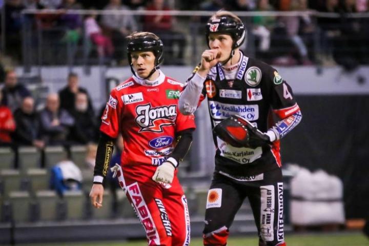 Simo Rahunen (vas.) nähdään ensi kaudella JoMan paidassa ja Hannes Pekkinen palasi KiPan peliasuun.