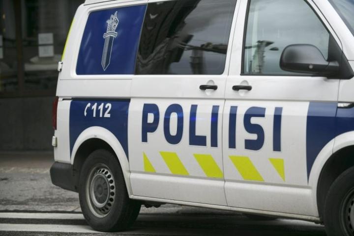 Nurmijärven poliisiaseman pihalle tuodun räjähteen rakentanutta miestä syytetään kahden poliisin murhan yrityksestä.  LEHTIKUVA / ONNI OJALA