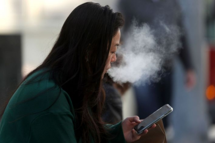 Yhdysvalloissa on ilmennyt jo yli 2000 tapausta, joissa potilaan keuhkovaurio on liitetty sähkötupakan käyttöön. LEHTIKUVA/AFP