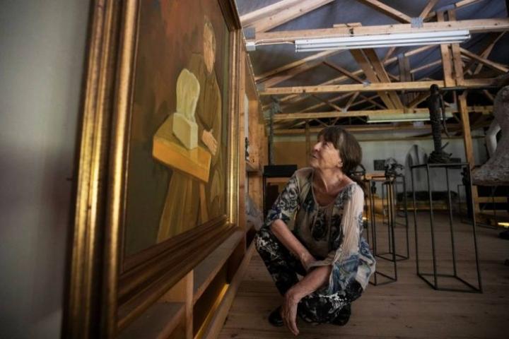 Kuvanveistäjä Taru Mäntynen sai isoisänsä Jussi Mäntysen muotokuvan lainaksi Varkauden näyttelyä varten. Eero Nelimarkan maalaama muotokuva ei miellyttänyt kohdetta eikä tämän vaimoa.