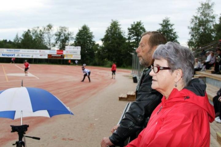 Ilmi Hirvonen ja Esa Hakulinen ovat viidessä vuosikymmenessä aika monta Kiteen ulkopelivuoroa seuranneet.