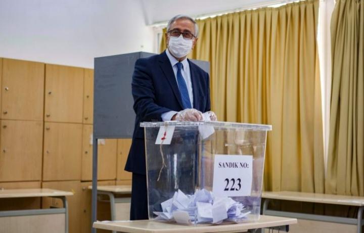 Istuva presidentti Mustafa Akinci äänestämässä. Lehtikuva/AFP