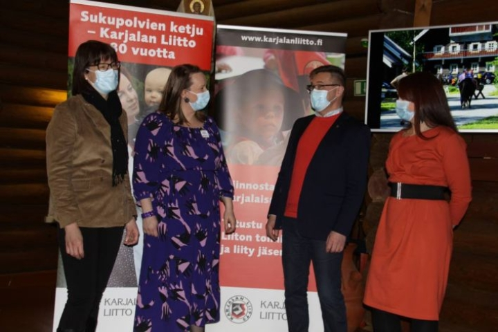 Tiina Kannisen (vas.), Sanna Tenhusen, Pertti Hakasen ja Outi Örnin mukaan nykykarjalaisuus kiinnostaa.