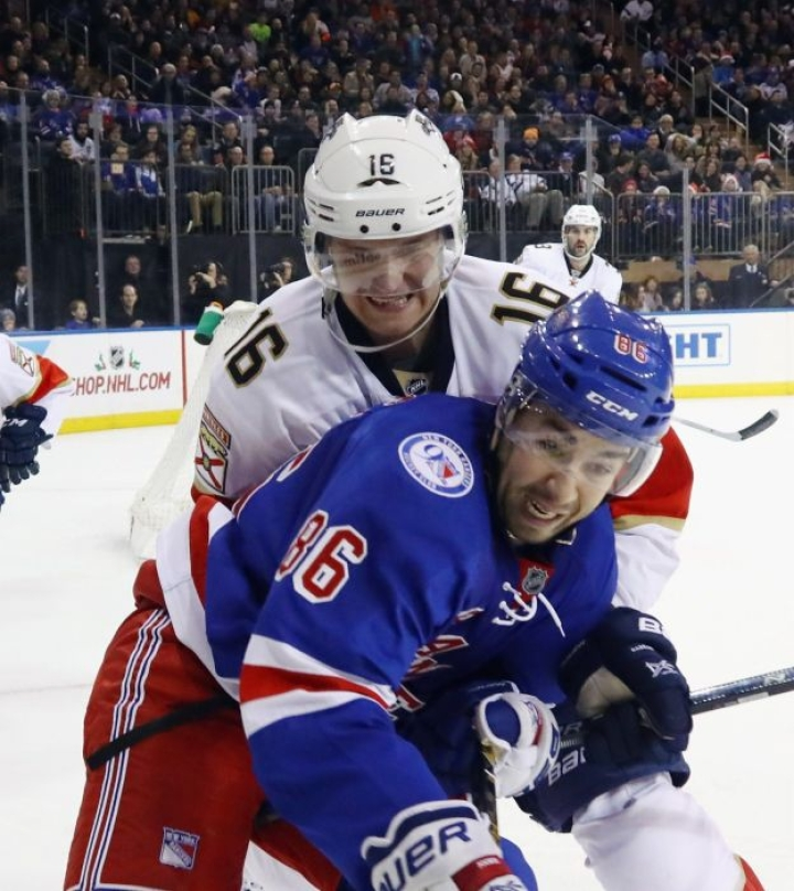 Floridan Aleksander Barkov väänsi kiekosta  New York Rangersin Josh Jooriksen kanssa illan NHL-ottelussa. Barkov nappasi syöttöpisteen Floridan voittoon päättyneessä pelissä. LEHTIKUVA/AFP