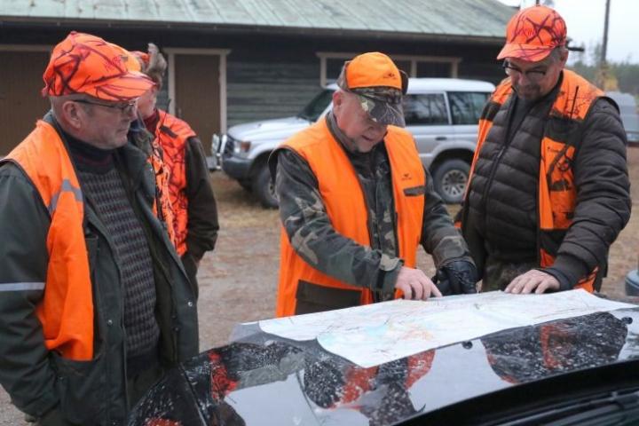 Hirviporukan johtaja Jorma Hirvonen näyttää kartasta, mihin osaan maita metsästys kohdistuu.