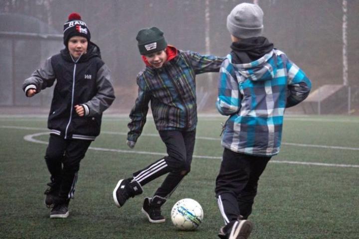 Rautalammin Urheilijoiden Urho Pihl (vas.), Santeri Lehmonen (kesk.) ja Martti Ahonen ovat esimerkkejä pienempien seurojen innokkaista jalkapalloilijoista.