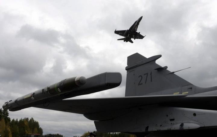 Hornet-torjuntahävittäjä lensi yli ruotsalaisen Gripenin Karjalan lennoston harjoituksessa Heinolan Lusissa 28. syyskuuta. LEHTIKUVA / JUSSI NUKARI