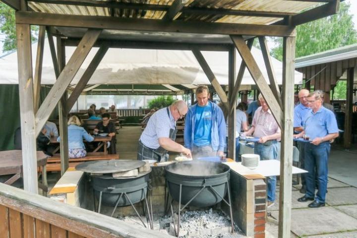 Muikkukeitto kuuluu Puruvesi-seminaariin. Viime vuonna sitä tarjoili Pentti Laukkanen.