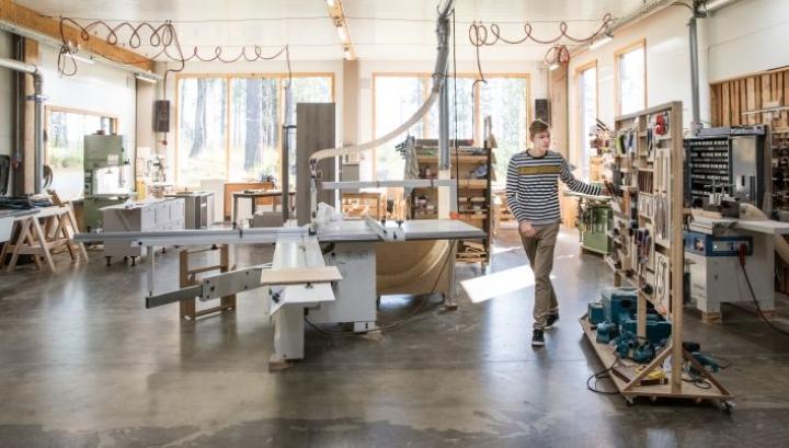 Miikka Kotilainen esittelee verstasateljeeta, jossa on ilo työskennellä niin valoisuuden kuin siisteyden ansiosta.
