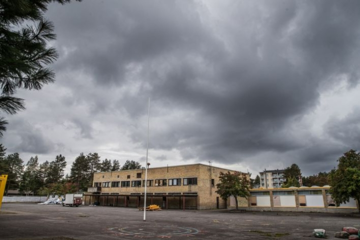 Rantakylän koulun purkaminen aloitettiin.