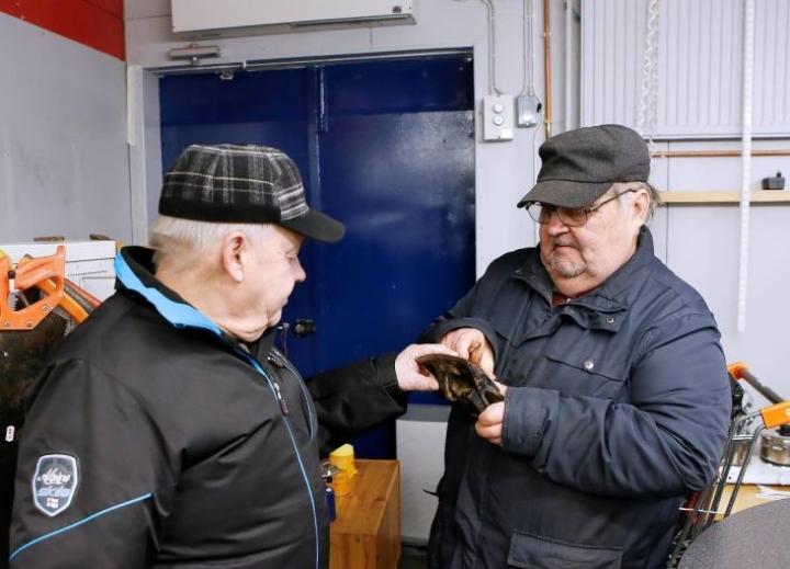 Minä otan tämän, tuumasi Jouni Juntunen kahden euron halkaisukirveen terästä. Jouko Karjalainen oli samaa mieltä, että ehjä on ja edullinen.