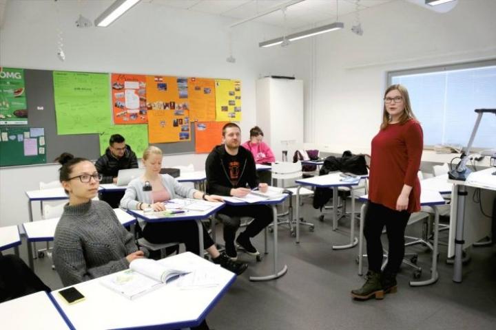 Aleksandra Ihno (vas.), Ana Gebejes ja Matt Belway sekä Sulabh Bartaula ja Karli Storm (takarivissä) opiskelevat suomea Anu Rantalan johdolla kaksi kertaa viikossa.