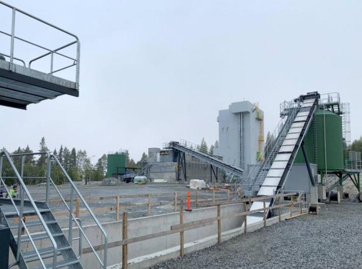 Bioöljyjalostamo on noussut kesän aikana moduuleista nopeaan tahtiin Kevätniemessä.