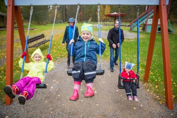 Ninja Kylänpää ja Ari Peltola antoivat lapsilleen Viljalle, Pihkalle ja Voltille vauhtia APECED-perheiden tapaamisessa Huhmarissa.